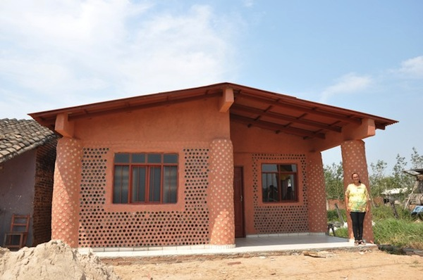 Innovative 39 garbage 39 houses made of recycled plastic for Building with recycled plastic
