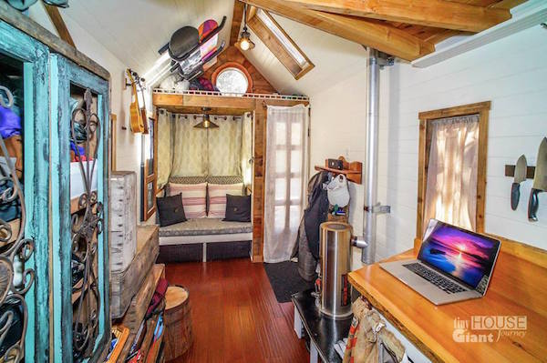 Couple Quit Their Jobs Live In A Tiny Mobile House To Travel