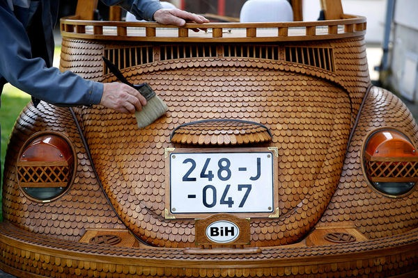 A Replica Of A Volkswagen Beetle Made Entirely Of 50,000 Pieces Of Oak - DesignTAXI.com